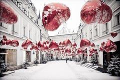 Paisaje urbano del invierno con los balons y la nieve rojos Fotos de archivo libres de regalías