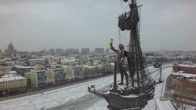 Paisaje urbano del invierno de Moscú con el río y Peter la gran estatua, aérea metrajes