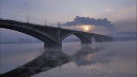 Paisaje urbano del invierno, el puente del automóvil en el contraluz, lapso de tiempo metrajes