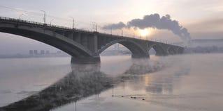 Paisaje urbano del invierno, el puente del camino en el amanecer Foto de archivo