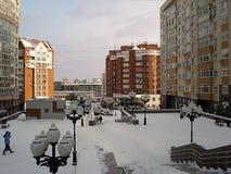Paisaje urbano del invierno La zona peatonal en el nuevo residencial es Imágenes de archivo libres de regalías
