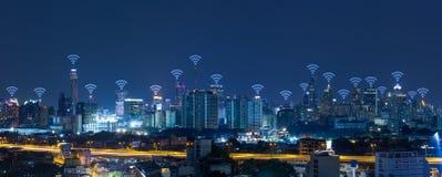 Paisaje urbano del panorama con concepto de la conexión de red del wifi imagenes de archivo