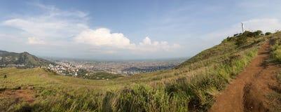 Paisaje urbano del panorama de la luz del día de Cali, Colombia Fotos de archivo