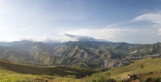 Paisaje urbano del panorama de la luz del día de Cali, Colombia Imagen de archivo