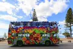 Paisaje urbano del paraíso de las personas que practica surf de la ciudad de Gold Coast que mira de la avenida de Cavill Imágenes de archivo libres de regalías