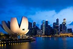 Paisaje urbano del rascacielos céntrico del horizonte de la ciudad de Singapur en la oscuridad Imágenes de archivo libres de regalías