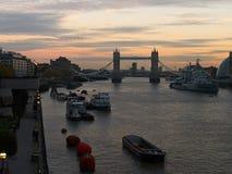 Paisaje urbano del ` s de Londres en la oscuridad: Puente de la torre, el río Támesis, etc fotografía de archivo libre de regalías
