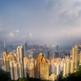 Paisaje urbano dramático con el rascacielos y el cielo azul Imagenes de archivo