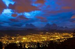 Paisaje urbano durante la hora azul, Colombia de Medellin imagen de archivo libre de regalías