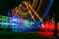 Paisaje urbano e iluminación de la noche en un parque de atracciones Imagenes de archivo