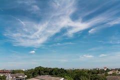 Paisaje urbano en el tejado y el cielo salvaje Fotografía de archivo libre de regalías