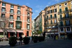 Paisaje urbano en Palma de Mallorca con los edificios coloreados imagenes de archivo