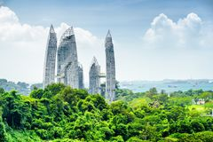 Paisaje urbano en Singapur Rascacielos entre árboles verdes foto de archivo