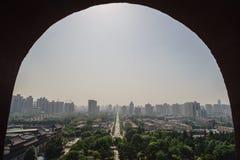 Paisaje urbano - enmarcado a través de una ventana Fotos de archivo libres de regalías