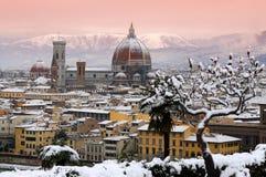Paisaje urbano hermoso con la nieve de Florencia durante la estación del invierno Catedral de Santa María del fiore imágenes de archivo libres de regalías