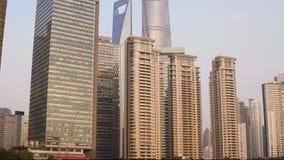 Paisaje urbano hermoso con los rascacielos de cristal que se oponen a lo largo del r?o Huangpu al contexto del sol poniente metrajes