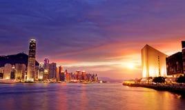 Paisaje urbano hermoso de Hong-Kong en la puesta del sol Foto de archivo libre de regalías