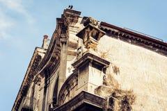 Paisaje urbano hermoso de Italia, fachada de la casa antigua en estilo barroco siciliano en la calle histórica de Catania, Sicili imagenes de archivo