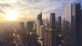 Paisaje urbano hermoso de Jakarta bajo luz de la puesta del sol Imagen de archivo libre de regalías