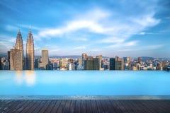 Paisaje urbano hermoso del lado de la piscina durante d3ia imagen de archivo libre de regalías