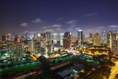 Paisaje urbano hermoso en la noche fotografía de archivo