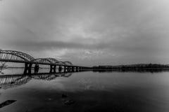 Paisaje urbano increíblemente hermoso Puesta del sol El puente sobre el río Black&White Foto de archivo
