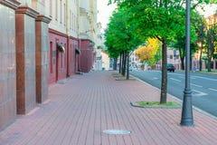 Paisaje urbano - la acera a lo largo del camino imagen de archivo libre de regalías