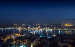 Paisaje urbano largo de la exposición de Estambul en una noche Puente de Galata encendido fotografía de archivo