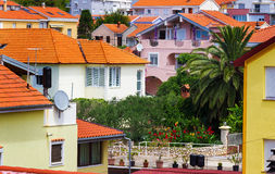 Paisaje urbano mediterráneo con las casas anaranjadas imagen de archivo