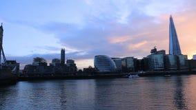 Paisaje urbano moderno de Londres con el puente de la torre y el casco metrajes