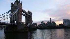 Paisaje urbano moderno de Londres en la puesta del sol almacen de video