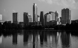 Paisaje urbano monocromático de la reflexión de Austin Texas Towers Fotos de archivo libres de regalías