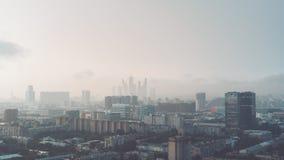 Paisaje urbano nebuloso del metropolitano de la madrugada Foto de archivo libre de regalías