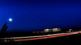 Paisaje urbano ocupado de la autopista sin peaje y de la oficina de la noche de Silicon Valley Imagen de archivo libre de regalías