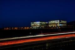 Paisaje urbano ocupado de la autopista sin peaje y de la oficina de la noche de Silicon Valley Fotos de archivo