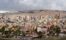 Paisaje urbano panorámico en La Paz en Bolivia Fotos de archivo