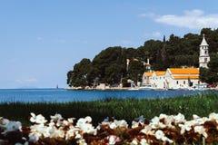 Paisaje urbano soleado del verano de la ciudad de Cavtat, Croacia, Europa Paisaje marino del mar adriático con los barcos Mundo h imagenes de archivo