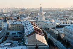 Paisaje urbano soleado hermoso del invierno fotos de archivo libres de regalías