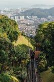 Paisaje urbano soleado y montaña con el verde que vio de la colina de Penang en George Town Penang, Malasia Imagenes de archivo