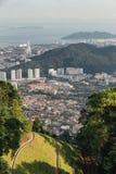 Paisaje urbano soleado y montaña con el verde que vio de la colina de Penang en George Town Penang, Malasia Imágenes de archivo libres de regalías