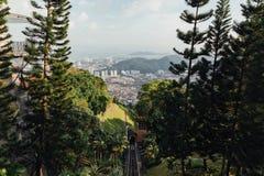 Paisaje urbano soleado y montaña con el verde que vio de la colina de Penang en George Town Penang, Malasia Fotografía de archivo libre de regalías