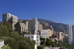 Paisaje urbano: una casa en el fondo de montañas Imagen de archivo libre de regalías