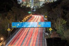 Paisaje urbano urbano de la noche de Los Ángeles y autopista sin peaje 110 Foto de archivo libre de regalías
