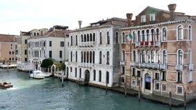 Paisaje urbano veneciano clásico de la arquitectura y del canal Venecia, Italia metrajes