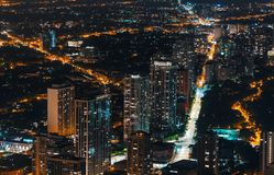 Paisaje urbano y calles de Chicago en la noche fotografía de archivo