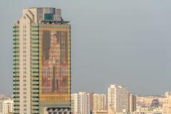 Paisaje urbano y el retrato real de rey Rama X Imagen de archivo libre de regalías