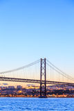 Paisaje urbano y los 25 de Abril Bridge de Lisboa Imagen de archivo