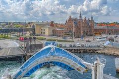 Paisaje urbano y puerto de Helsingor imagenes de archivo