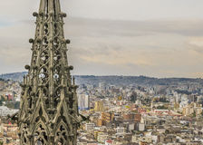 Paisaje urbano y San Juan Basilica de Quito Fotografía de archivo libre de regalías