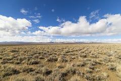Paisaje vacío abierto de par en par del desierto en Nevada durante invierno con los cielos azules y las nubes Fotos de archivo